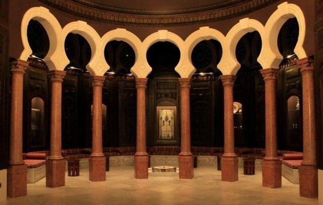 يعتبر متحف سرسق من الأماكن السياحية التي تستحق الزيارة في بيروت خصوصاً أنّه يعكس روعة البناء الأوروبي ويحتوي على تحف ومقتنيات فنيّة مهمّة.
